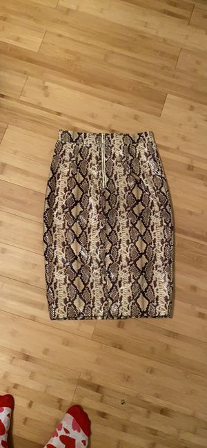 Guess skirt with back slit in snake style print $ 15 for Sale in Bloomfield Hills, MI