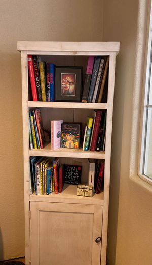 White wooden bookcase for Sale in Los Angeles, CA