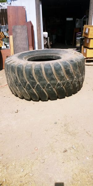 Free tractor tire for Sale in Phoenix, AZ