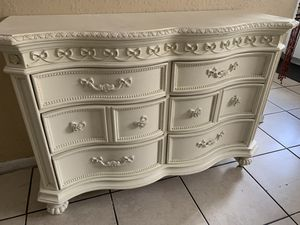 Dresser with mirrors for Sale in Miami, FL