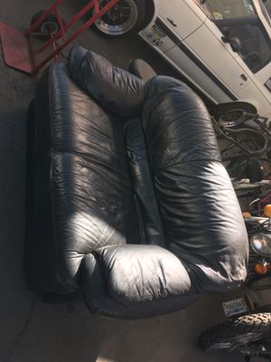 Black leather love seat. for Sale in South El Monte, CA