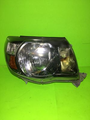 2005 - 2011 Toyota Tacoma Headlight OEM RH Passenger for parts only for Sale in San Marcos, CA