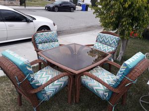 Wicker glass table, 4 chairs,and 4 chair cushions for Sale in Fontana, CA
