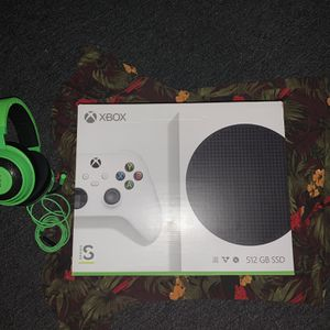 Xbox Series S ( Headphones Included ) for Sale in Boston, MA