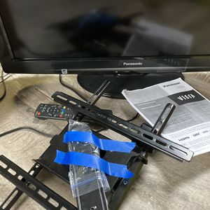"""32"""" Panasonic TV and Wall Mount for Sale in Bothell, WA"""