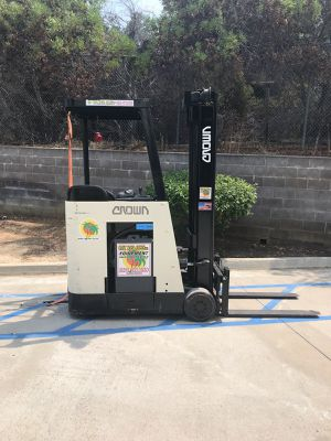 ELECTRIC CROWN FORKLIFT STAND UP. MODEL RC3020-35 for Sale in San Diego, CA