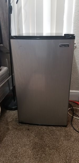 Mini fride with mini freezer 4.4 for Sale in Orlando, FL