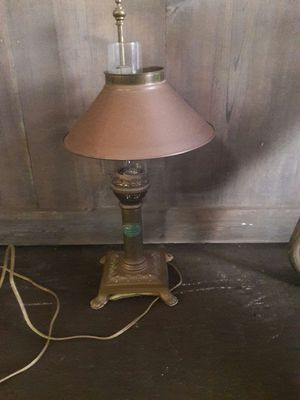 """VINTAGE BRASS TABLE LAMP MEASURING AT 20.5"""" TALL. THE LAMP SHADE IS ADJUSTABLE. . BRASS BUT HAS NOT BEEN POLISHED. for Sale in Kealakekua, HI"""