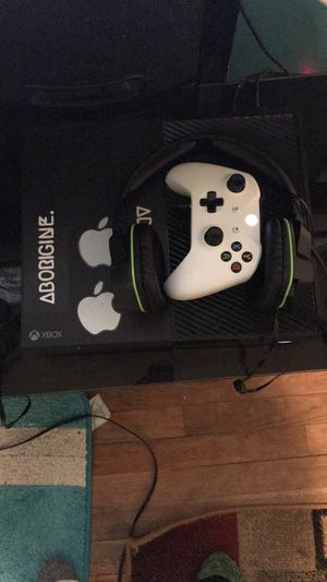 Xbox one comes with controller and glow headset for Sale in Fort Washington, MD