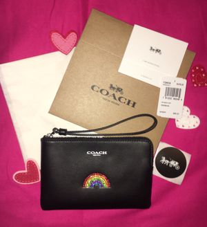 NWT COACH RAINBOW CORNER ZIP WRISTLET COMES WITH COACH BOX COACH TISSUE AND COACH STICKER for Sale in Miami, FL