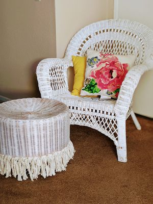 Over sized wicker chair w/stool for Sale in Victorville, CA
