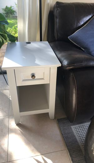 Night table or end table for Sale in Pompano Beach, FL