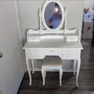 White Makeup Vanity Set for Sale in San Bernardino, CA