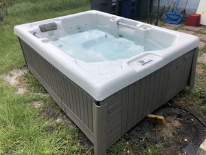 Gecko Voyager Spa 4-5 person 13 jet jacuzzi hot tub for Sale in Aloma, FL