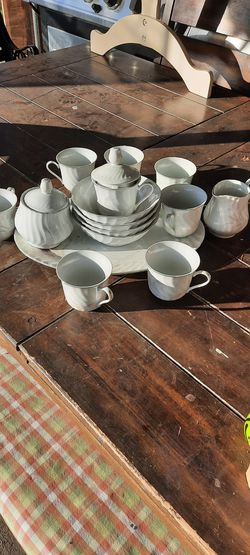 China cups and plate in good conditions no scratchs. for Sale in East Wenatchee,  WA