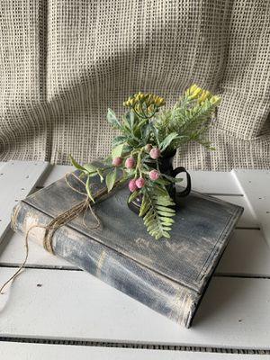 Rustic farmhouse / old book w/vase and flower decor for Sale in Deltona, FL