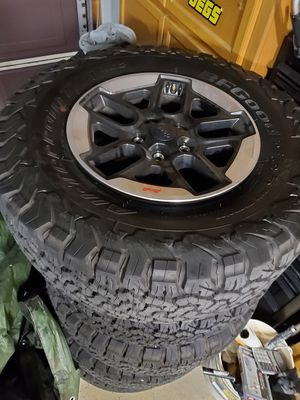 """33"""" BF Goodrich tires with 2020 jeep rims 33x12.5x17 for Sale in Chula Vista, CA"""