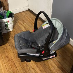 Car Seat For Infant Up To 25 Lbs for Sale in Queens,  NY