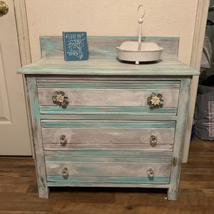 Antique dresser. Please be reasonable if it's posted it's available thank you 😊 for Sale in Madera, CA