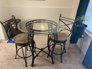 Small round glass top table with stools for Sale in Tacoma, WA