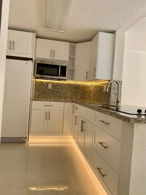 KITCHEN CABINETS WHITE SHAKER SOLID WOOD for Sale in Miami, FL