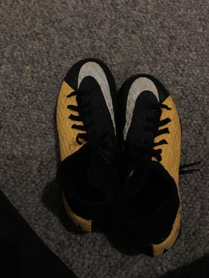Selling indoor soccer shoes size 6 for Sale in Long Beach, CA