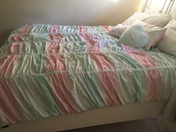 Like new queen sleigh bed with drawers