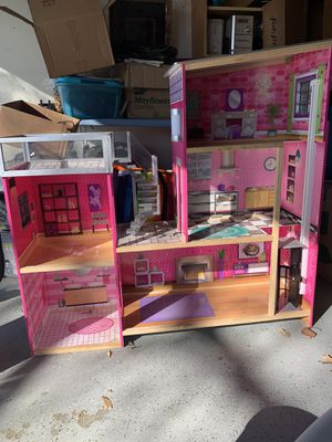 Doll house - some damage missing pool and accessories for Sale in Arlington, TX