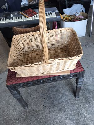 3 nice baskets and 2 wovan plant holders for Sale in Natrona Heights, PA