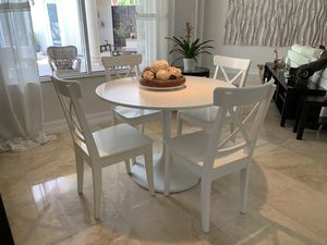 White Breakfast table with 4 chairs for Sale in Fort Lauderdale, FL