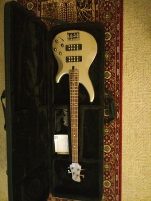 Yamaha Electric Bass, Amp, and Softshell Case for Sale in Neenah, WI