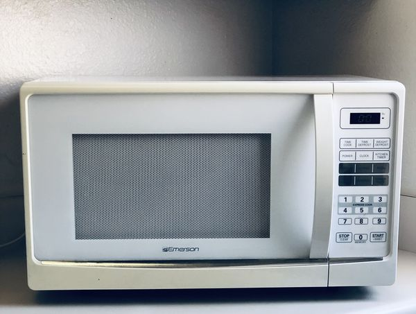 Emerson 1000 watt Microwave in Great working Condition heats up food quickly in less time then smaller microwaves! Need counter space have to sell.