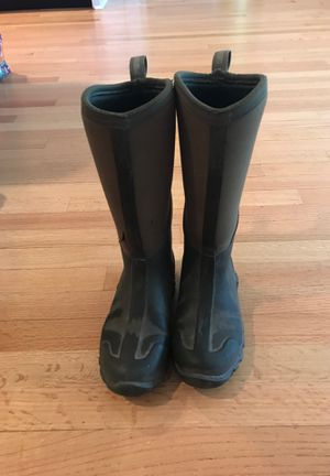 Muck Waterproof hunting boots skittle torn but water can not get through size 6 in men's women's 7 for Sale in El Dorado, AR