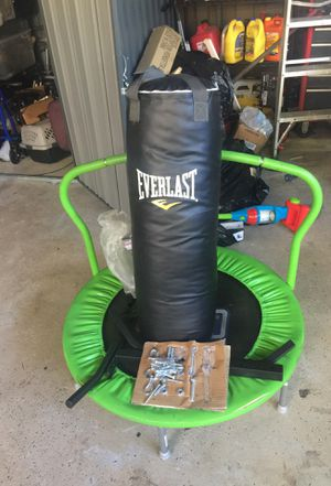 Brand new everlast punching bag with a wall mount included for Sale in Hialeah, FL
