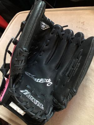 Mizuno kids softball glove for Sale in University Heights, OH