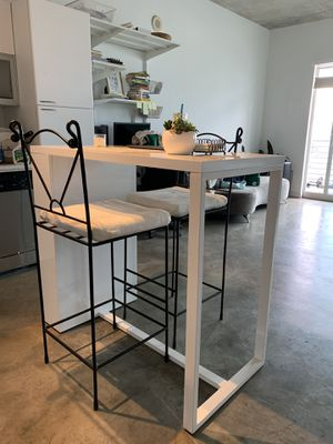 KITCHEN ISLAND TABLE AND BAR STOOL CHAIRS for Sale in Miami, FL