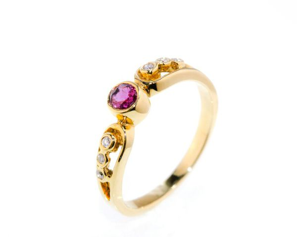 18kt Yellow Gold Ring with Round Brilliant Ruby and 6 Diamonds