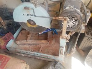 Target brick saw with handles and stand , goood condition for Sale in Paragould, AR