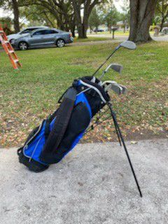 Youth size golf bag with clubs for Sale in Largo, FL