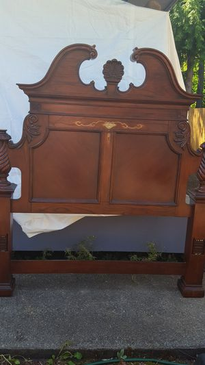 Queen size 4 poster bed. Complete bedroom set for Sale in Maple Valley, WA
