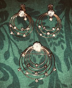 AUSTRIAN CRYSTAL CLIP ON EARRINGS w/ Matching brooch Vintage for Sale in Quincy,  MA