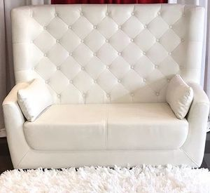 "White soft leather couch 58/59"" for Sale in Cranford, NJ"