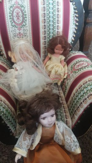 Antiques chair with 5 porcelin dolls for Sale in Columbus, OH