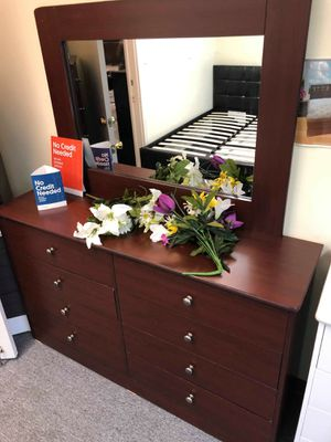 Compressed Wood dresser and mirror for Sale in Torrance, CA