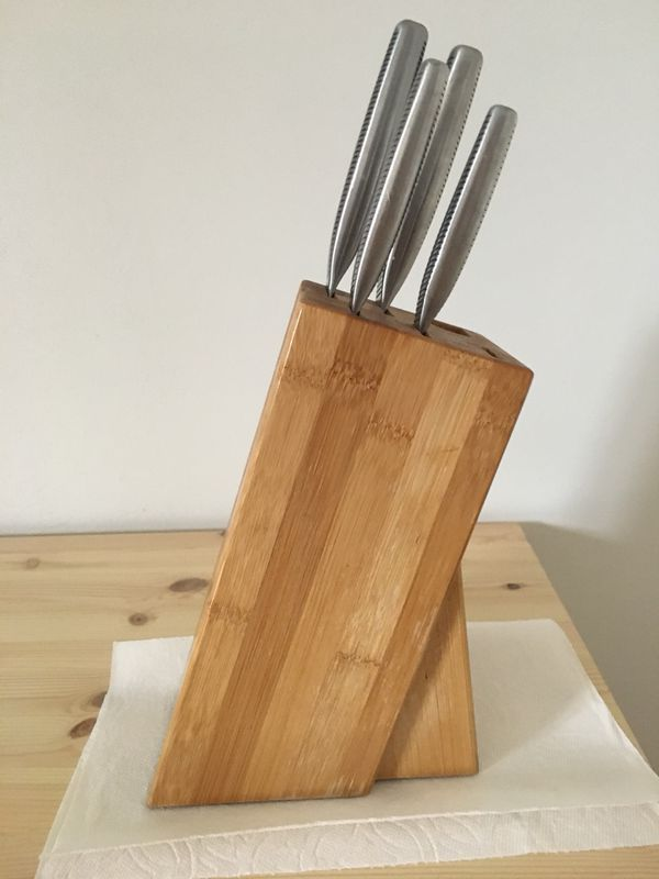 4 kitchen Knives and Knife block