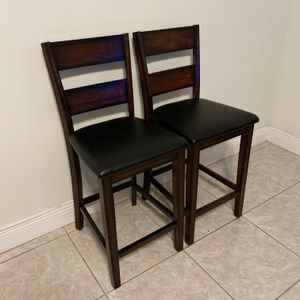 STANDARD FURNITURE PENWOOD DARK CHERRY BROWN WOOD COUNTER HEIGHT / BAR STOOL CHAIR - SET OF 2 for Sale in Doral, FL