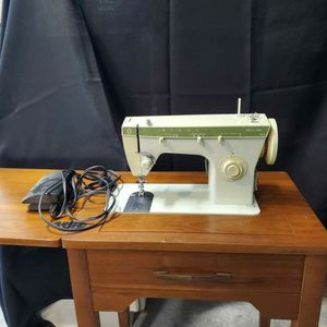 Sewing Machine Singer FASHION MATE 252 with Cabinet & Pedal for Sale in Houston, TX