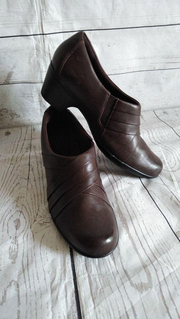 Beautiful Clark's Shoes , women's size 9M ( excellent condition )