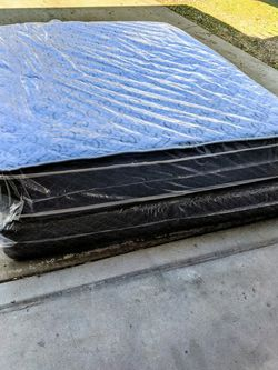 QUEEN SIZE MATTRESS AND BOX SPRING PILLOW TOP NEW for Sale in Fresno,  CA