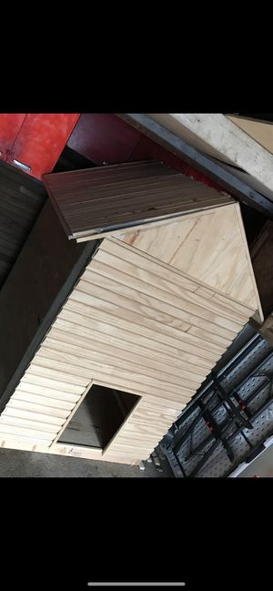 Dog house with wood base under it for Sale in Fairview Park, OH